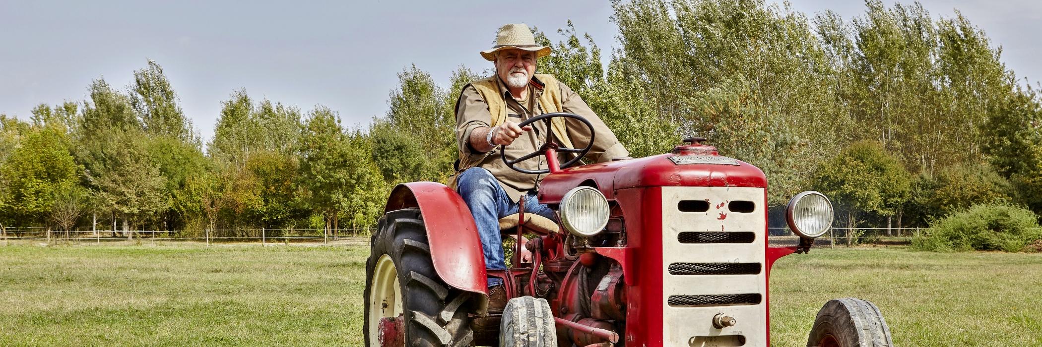 Gino il contadino sul trattore